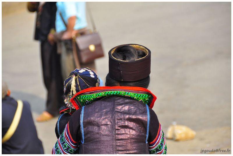 Une femme hmong noire et son bébé à Sapa