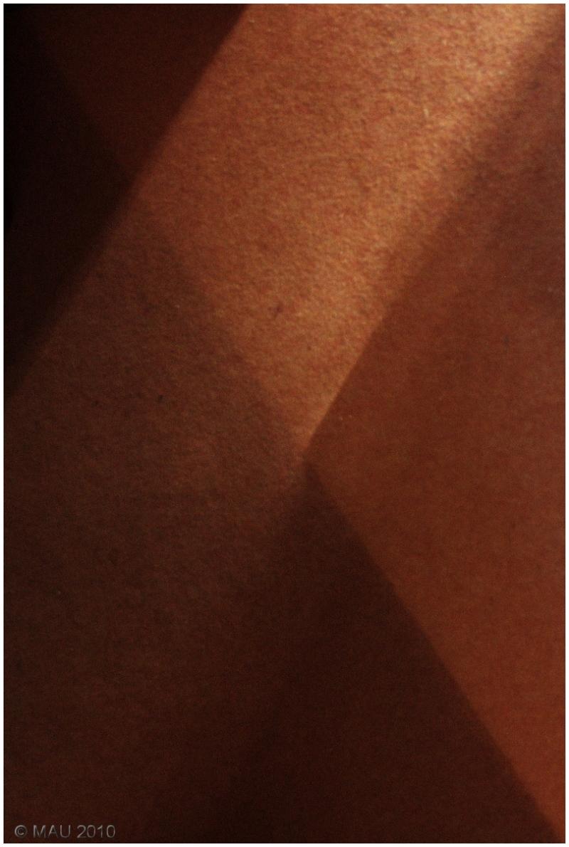 Cruce de luces en un pasillo enmoquetado