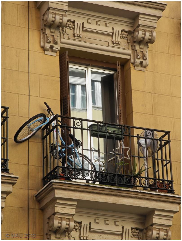 Bicicleta que aparenta saltar de un balcón