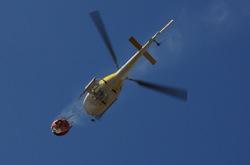 Helicoptero que vuelve de rpostar agua