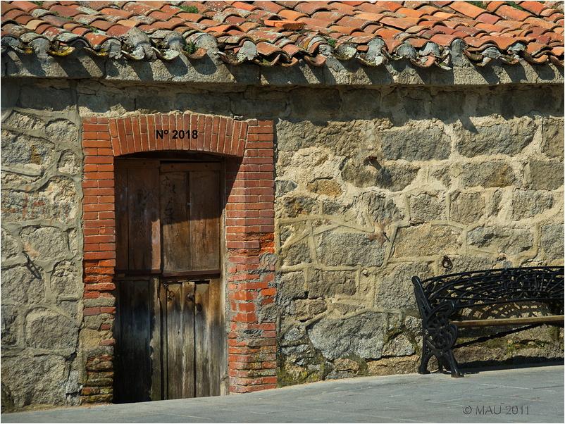 Puerta vieja con el número 2018
