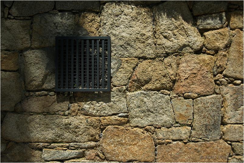 Respiradero en un pared de piedra