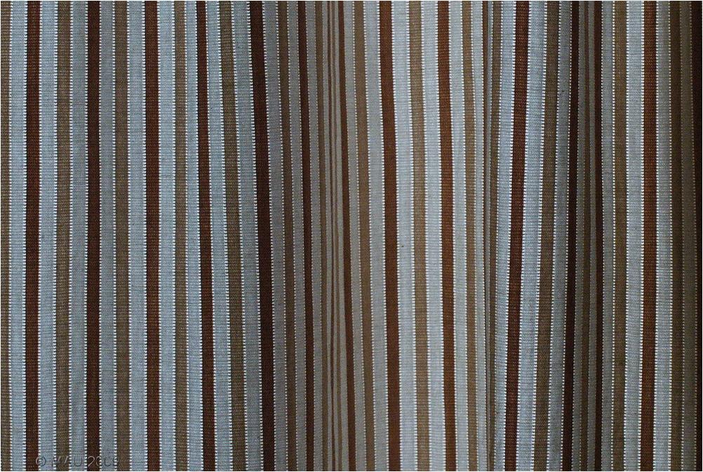 Detalle de una cortina iluminada por detrás