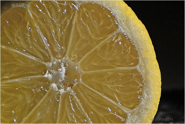 Limón cortado por la mitad