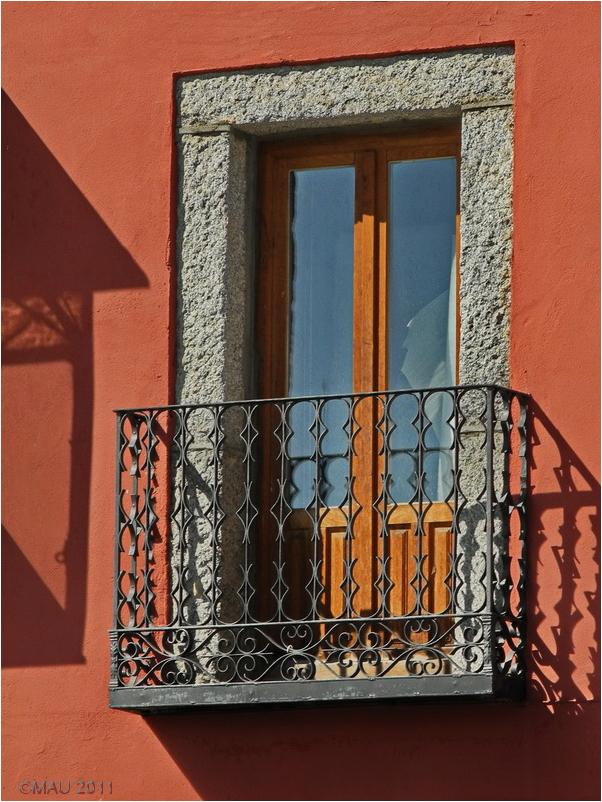 Una ventana con luz de mediodía