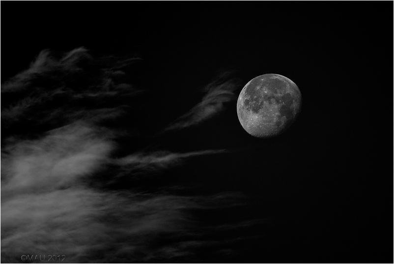 Luna acariciada por una nubes