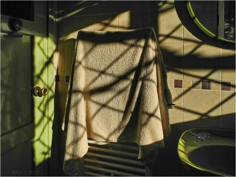 Toalla colgada en un secador eléctrico