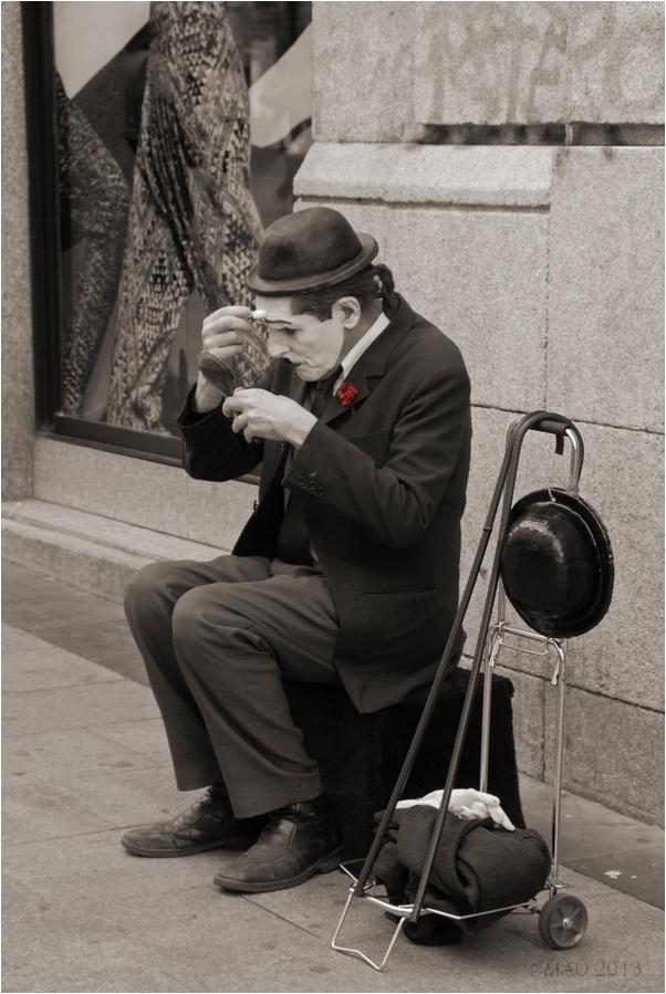 Maquillandose en la calle