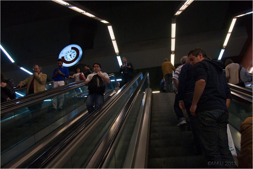 Escaleras de la estación de Sol en Madrid