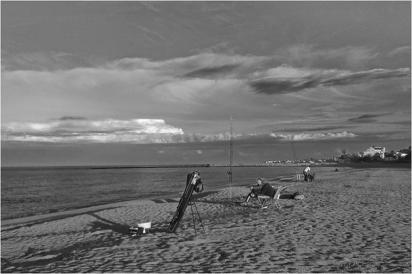 Pescando en la playa al atardecer