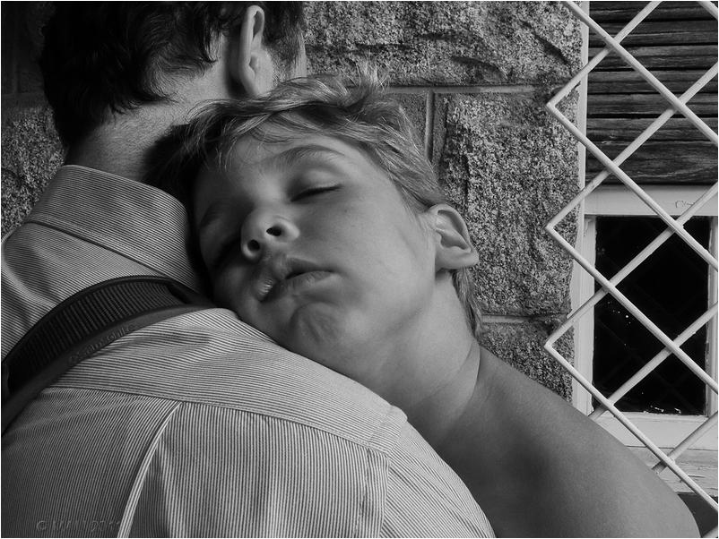 Niño dormido en el hombro de su padre