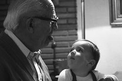 Mirando al abuelo