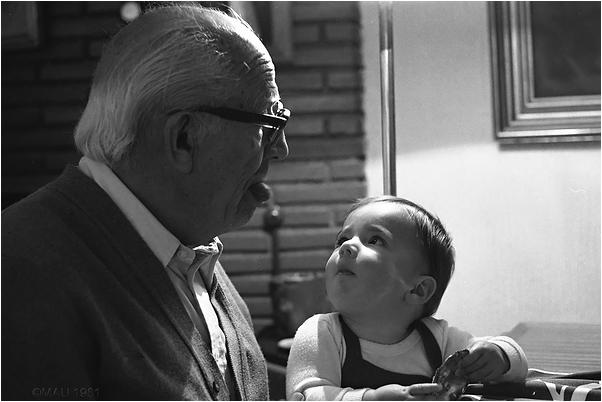 La nieta mirando al abuelo
