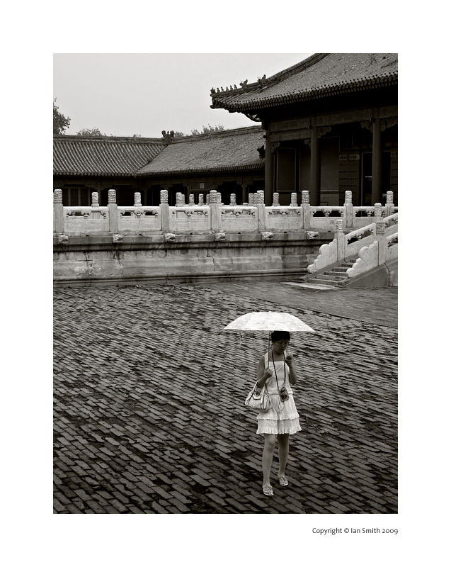 girl with ubrella in the forbidden city