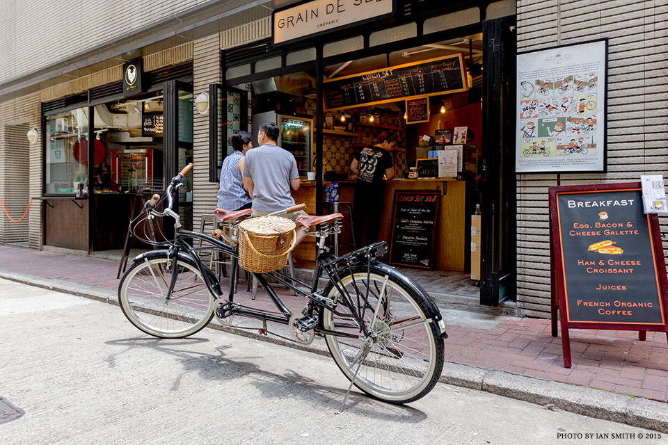 Tandem bicycle riders have lunch in Hong Kong