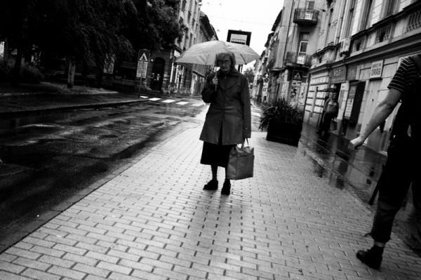 old, lady, umbrella, szeged, rainy, bus, stop