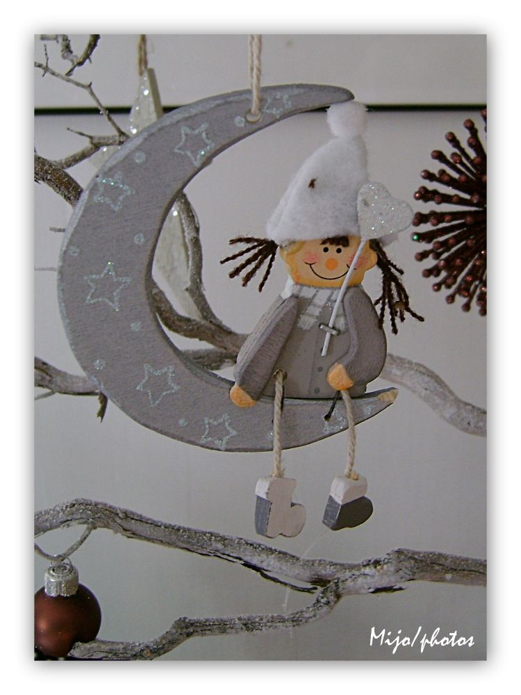 Au claire de la lune, mon ami le Père Noël...