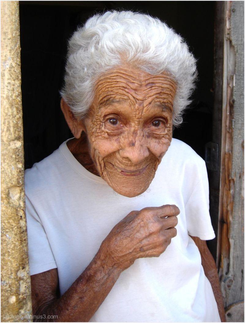 Une vieille dame souriante