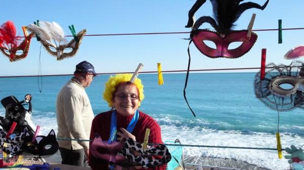 La vendeuse de masques au Carnaval de Nice