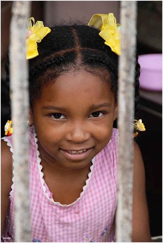 La petite fille aux noeuds jaunes