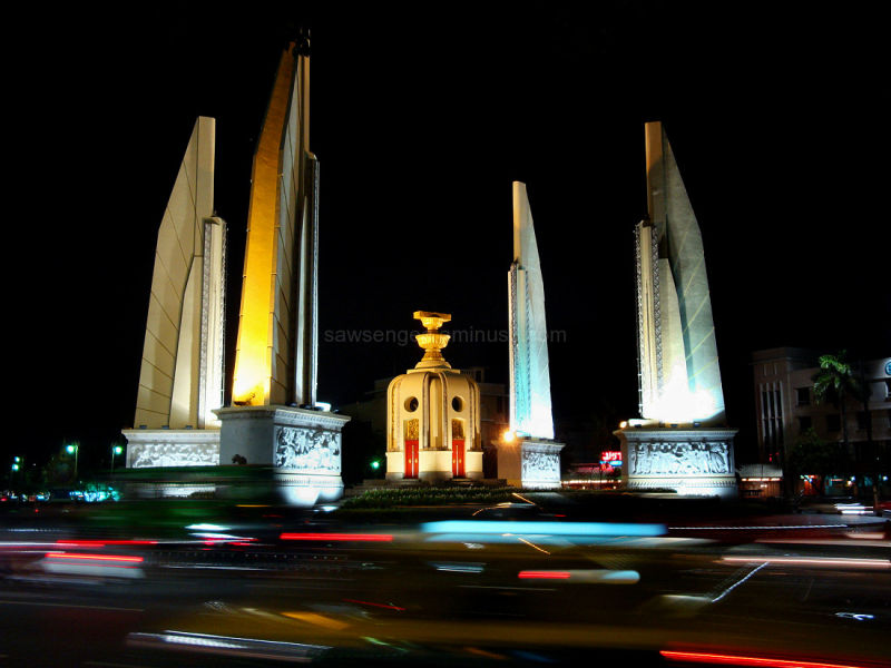 "Democracy Monument ""floating"" in a sea of lights"
