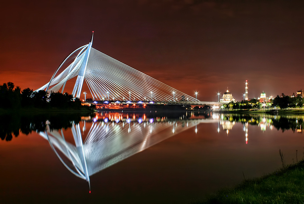 putrajaya lake sri wawasan bridge nightscene