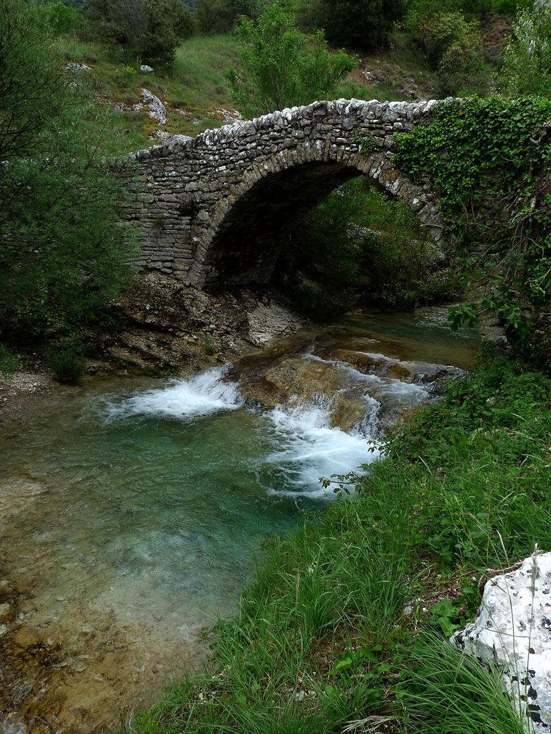 Cool le pont tant que coule le ruisseau