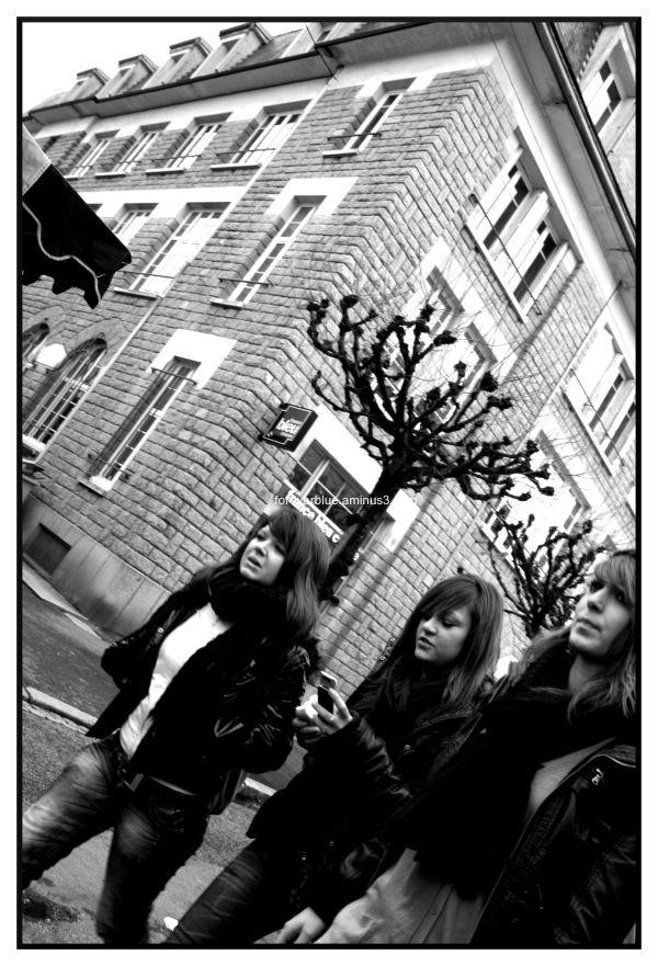 THREE GIRLS WALKIN ' IN THE STREET...