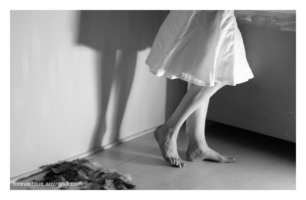 ... WHITE DRESS AND FEATHERS ...