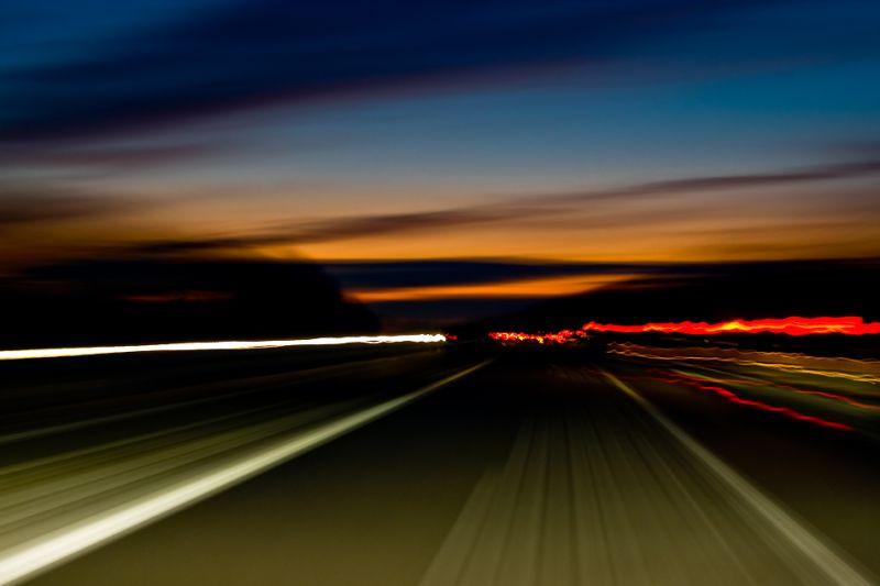 A la tombée de la nuit, sur la route