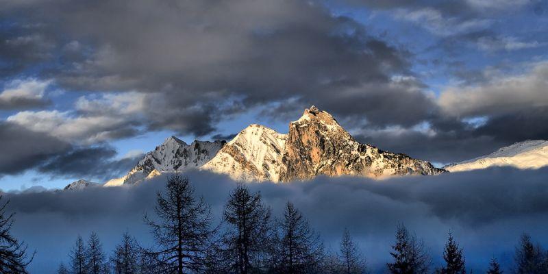 La croix des têtes sous les nuages