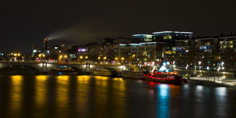 La Seine, de nuit, et le bateau phare
