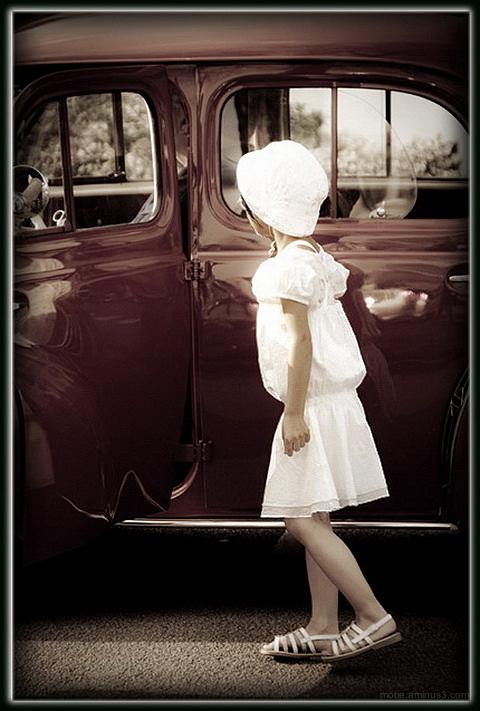 La petite fille et  la petite voiture