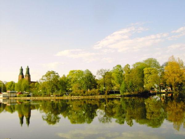 Kloster kyrkskugga i vattnet