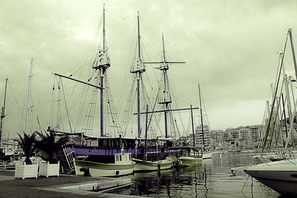 Un bateau sur le port