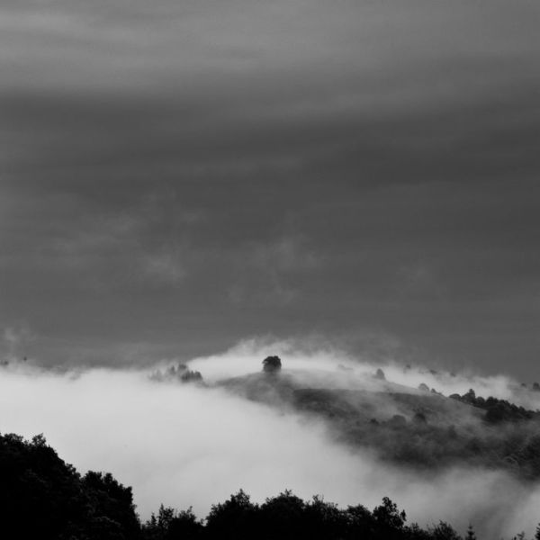 brumes sur  une coline de l'aveyron, à Conques