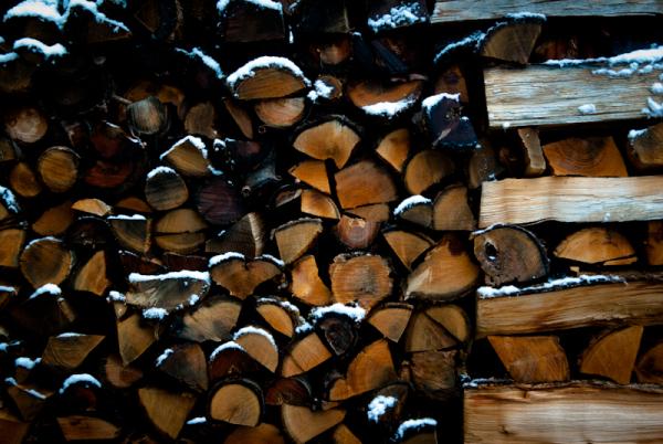 un tas de bois sous la neige