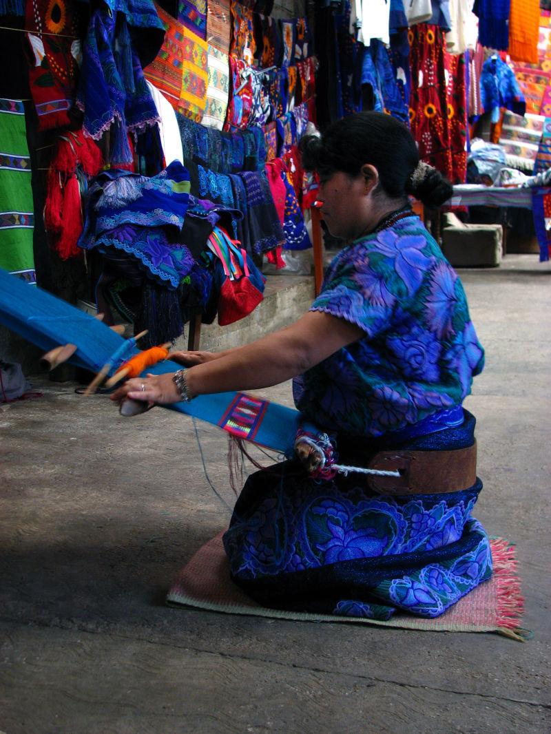 Tejiendo en un telar, Chiapas.