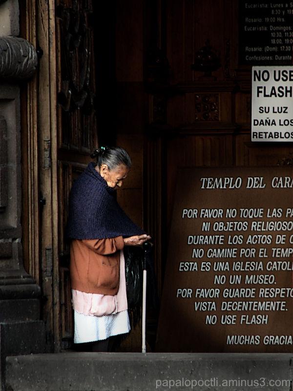 Mujer en portal de iglesia