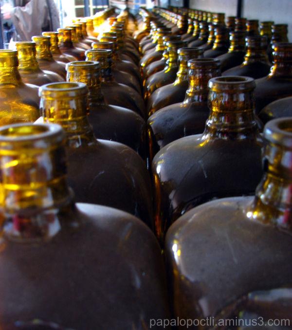 filas de botellas color café