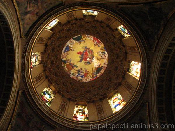 Cúpula con vitrales. Iglesia.