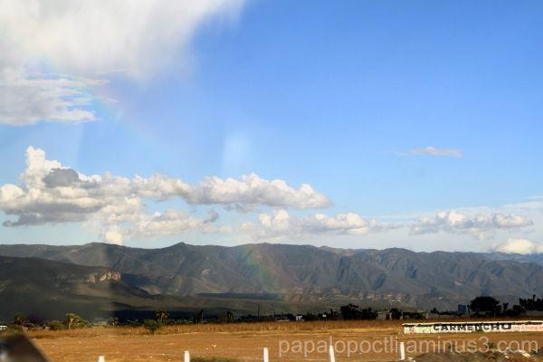 Un arcoiris en la carretera