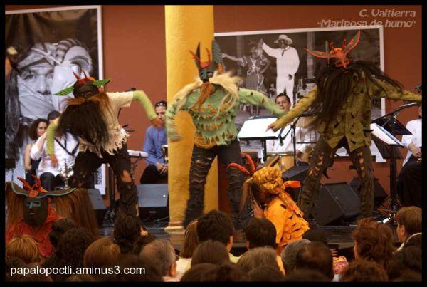 Bailarines con máscaras