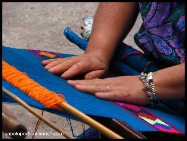 Manos de mujer en un tejido chiapaneco