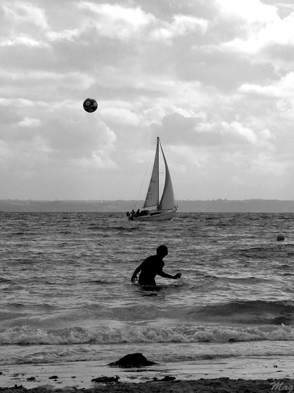 A boy, a boat and a ball, trebeurden aout 2008