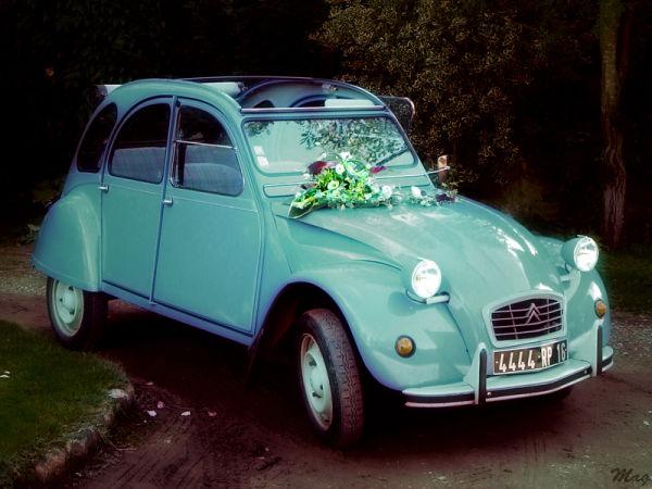 Une 2CV comme carrosse de mariage.