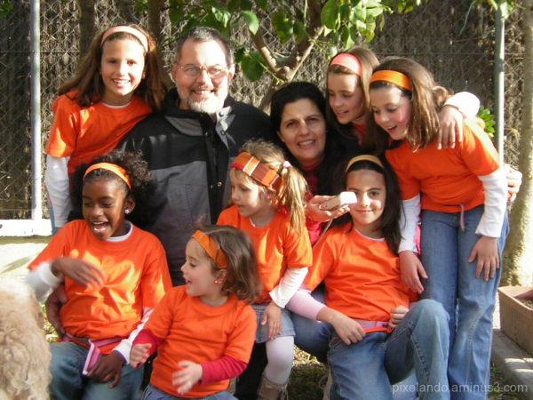 grupo de niñas vestidas de naranja