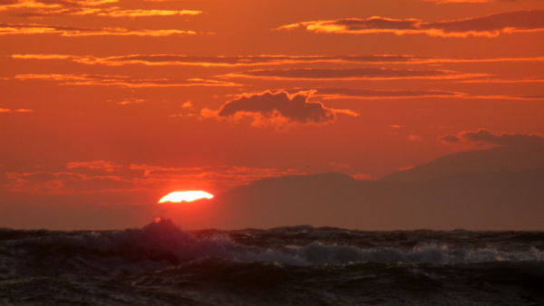 sol naranja sobre mar gruesa