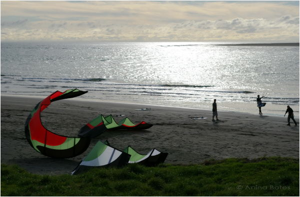 Raglan beach kite-surfers