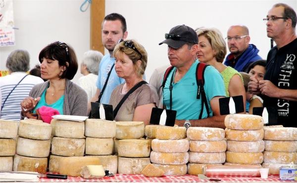 Devant un stand de fromages au marché d'Espelette